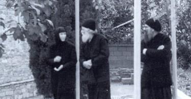 Ο Μακάριος Γέροντας Παίσιος ο Αγιορείτης μαζί με το Πανοσιολογιώτατο Αρχιμ. Γέροντα Γρηγόριο και τη Καθηγουμένη Γερόντισσα Ευφημία στην Ιερά Μονή Τιμίου Προδρόμου Μεταμορφώσεως Χαλκιδικής